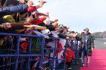 ウイナーズランからセレモニーに向かう際には、各ドライバー、ライダーがファンとタッチしたり、サインに応じたりと交流した