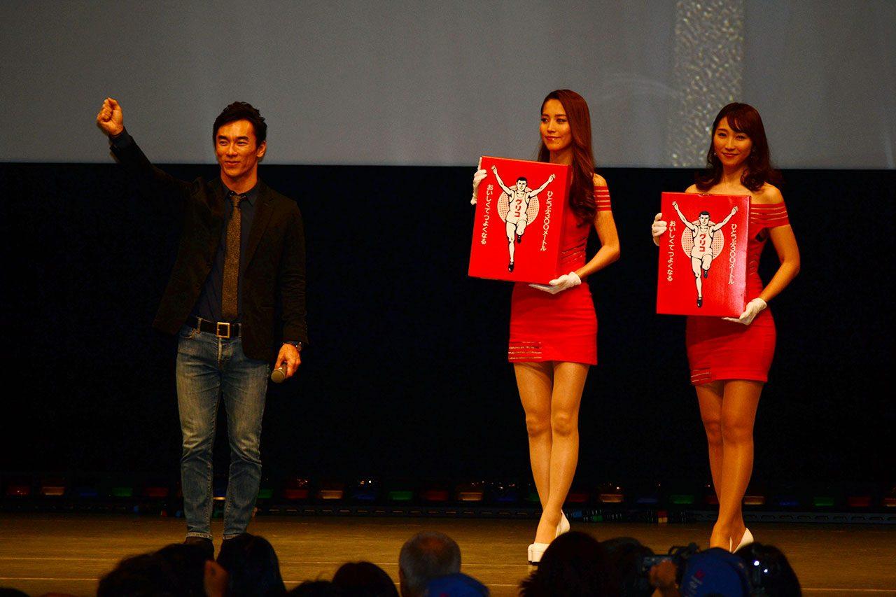 佐藤琢磨、恒例ファン交流イベントで2018年を振り返り。びっくりサイズのお手製ステアリング持参のファンも