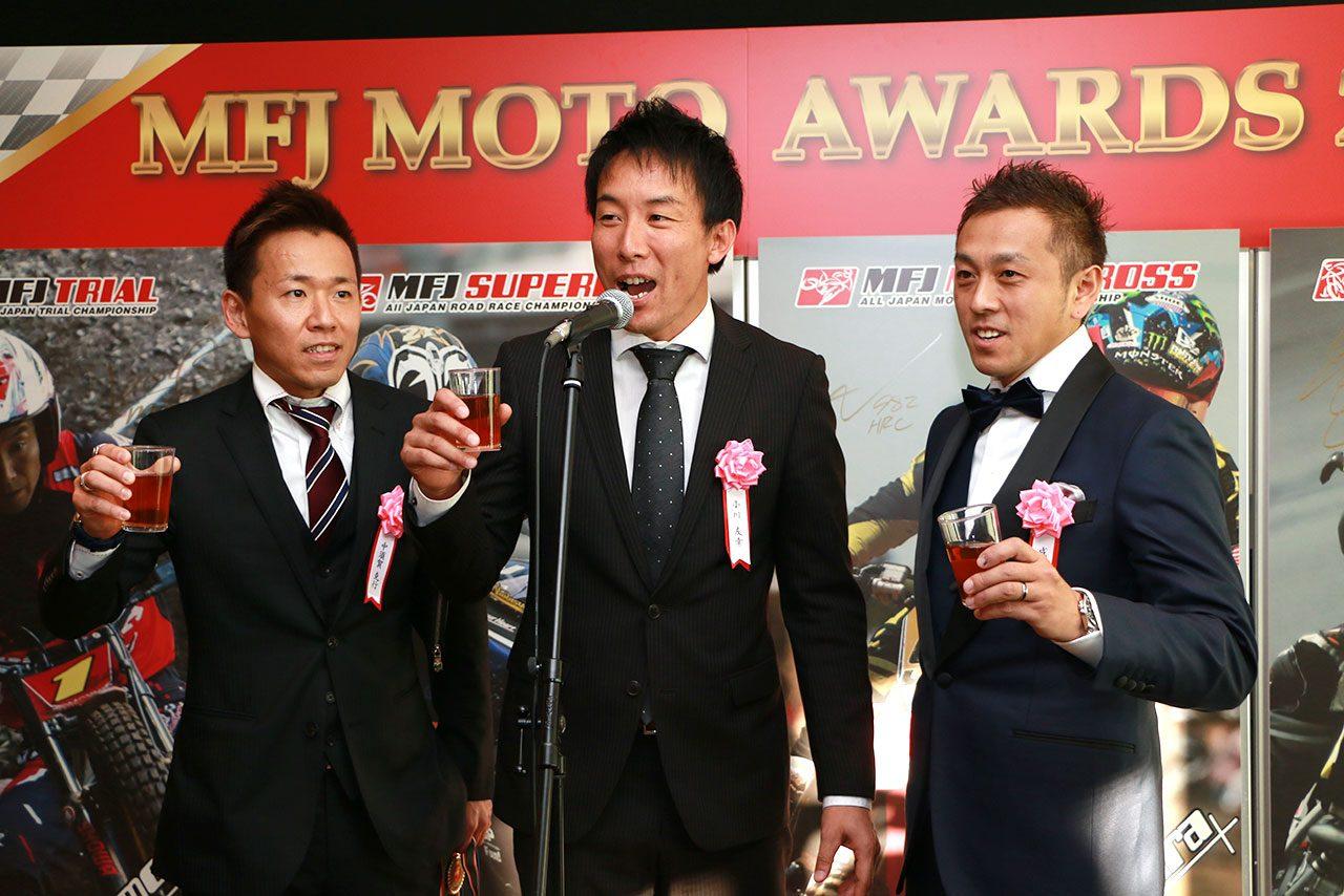 懇親会で乾杯のあいさつをする小川友幸(中)、中須賀克行(左)、成田亮(右)