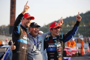 2018年のスーパーGT500クラスでシリーズチャンピオンを獲得したRAYBRIG NSX-GTのジェンソン・バトンと山本尚貴、高橋国光総監督