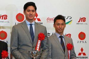 第51回日本プロスポーツ大賞を受賞した大谷翔平と、特別賞を受賞した中嶋一貴