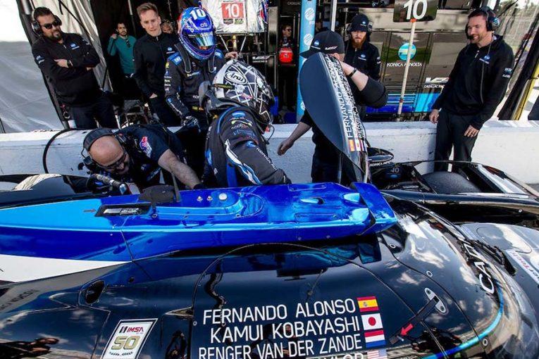 ドライバー交代を行う小林可夢偉とフェルナンド・アロンソ。2名はウェイン・テイラー・レーシングの10号車キャデラックDPi-V.Rでデイトナ24時間に参戦する