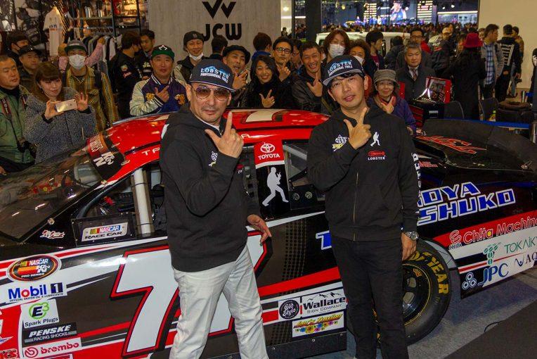 2019年のNASCAR K&Nプロシリーズに参戦する古賀琢麻(右)と、古賀をサポートするクレイジーケンバンドの横山剣さん(左)