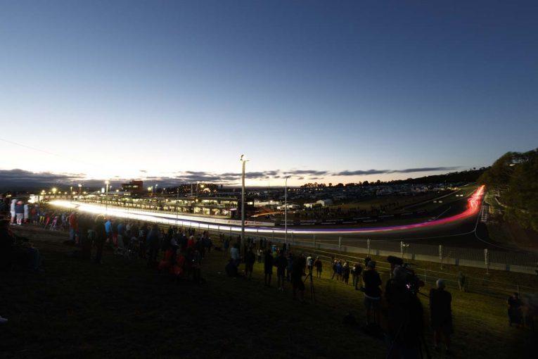 2018年リキモリ・バサースト12時間のレース序盤。同レースのスタートは夜明け前だ