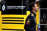 F1 | リカルドがルノーF1レーシングスーツ姿を初披露。ヒュルケンベルグとのツーショットも