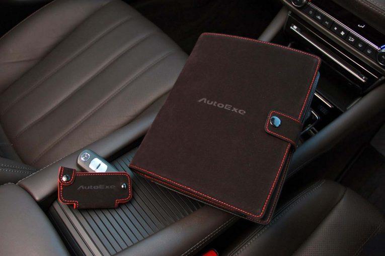 クルマ | オートエクゼ、車検証ケース&キーケース発売。スポーティなブラックスエード×レッドステッチ仕様
