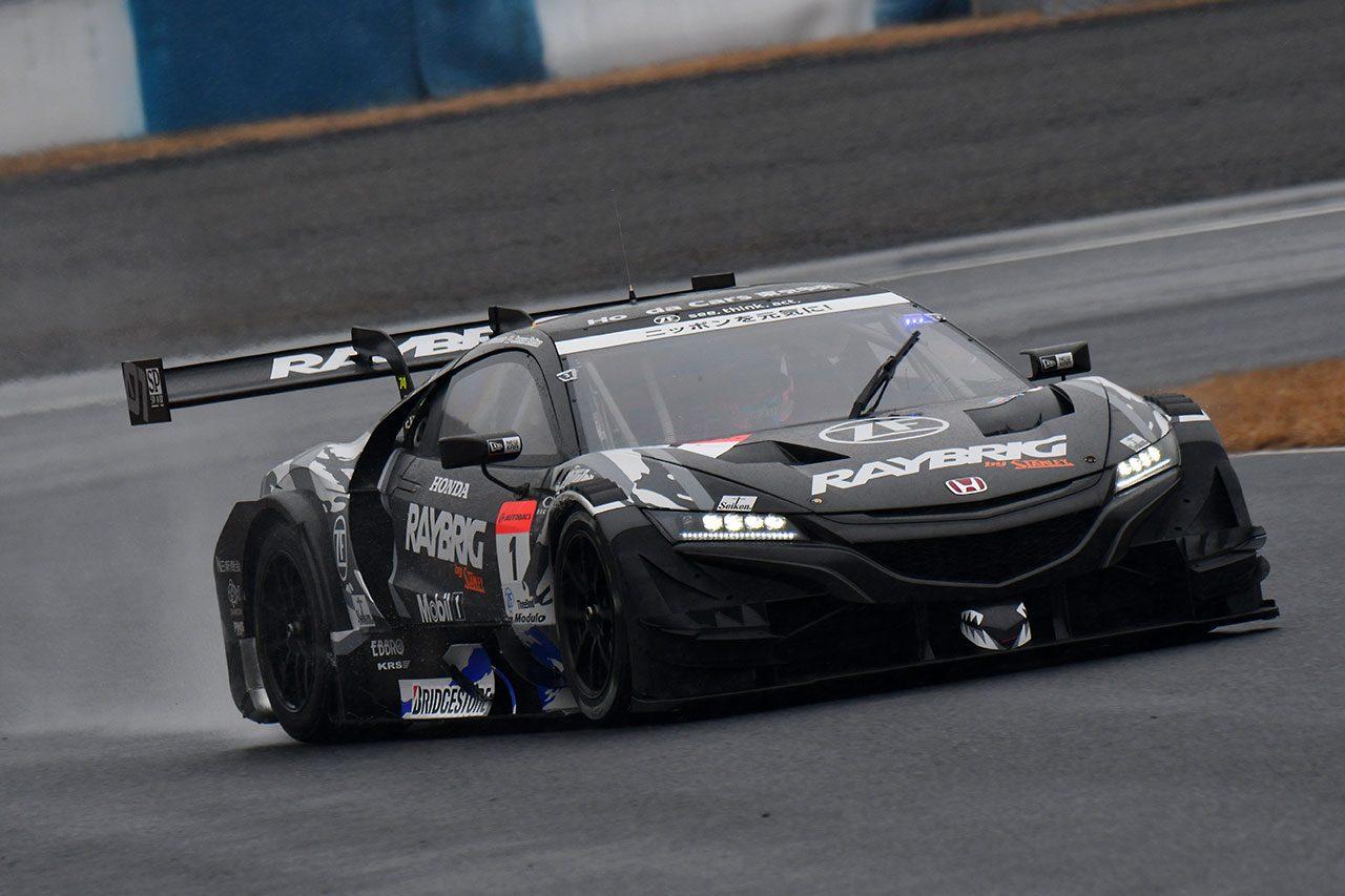 岡山でスーパーGTのメーカーテスト実施。GT500/GT300の9台が雨の中走行を重ねる