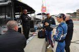 セッション後に話し合う佐藤琢磨とレイホール・レターマン・ラニガン・レーシングの面々