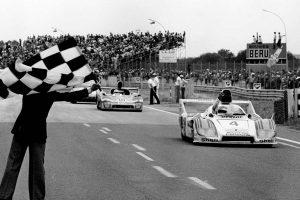 ユルゲン・バルト、ハーレイ・ヘイウッド、ジャッキー・イクス組4号車ポルシェ936が総合優勝した1977年のル・マン24時間チェッカーシーン