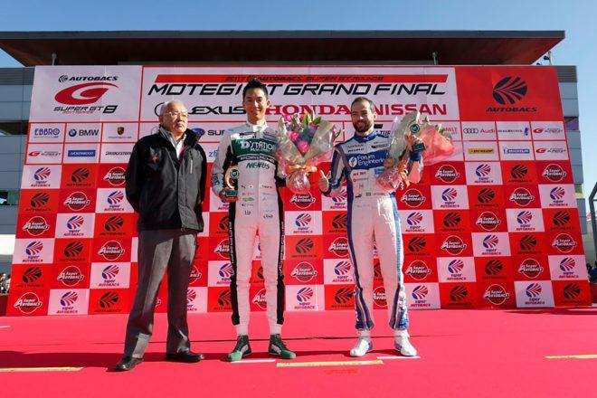 マシンをドライブする藤井誠暢とジョアオ・パオロ・デ・オリベイラは、ともに2017年第8戦もてぎでGT参戦100戦の表彰を受けた