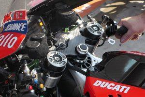 ドゥカティ・デスモセディチGPのトップブリッジ上にウイングのようなナットで固定されたデバイスが見える