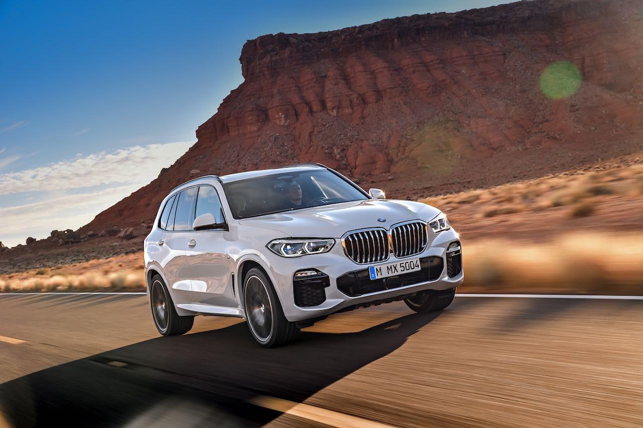 第4世代『BMW X5』は、AIアシスタンスや3眼カメラなどハイテク満載で登場