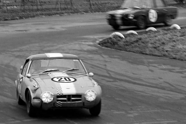 1965年、船橋サーキットでトヨタ・スポーツ800を駆る浮谷東次郎