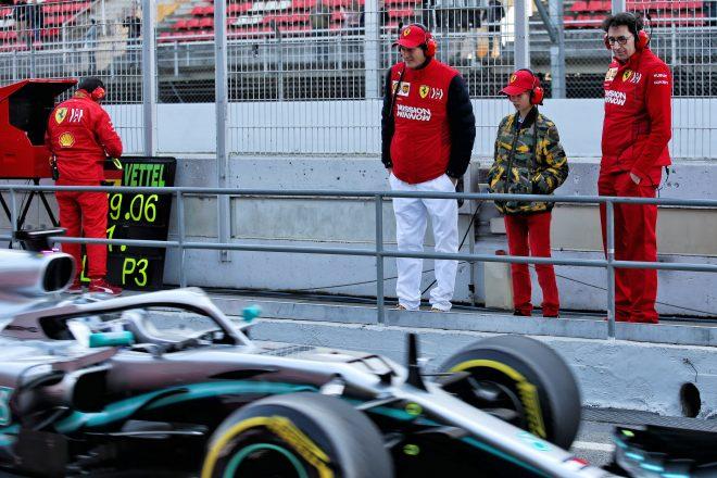 2019年第2回F1テスト4日目 メルセデスのマシンを見つめるフェラーリ首脳陣