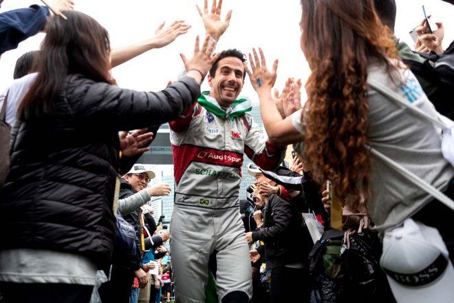 ファンとハイタッチしながら表彰台へ向かうルーカス・ディ・グラッシ(アウディスポーツ・アプト・シェフラー)