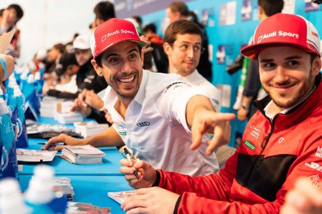 オートグラフセッションで笑顔を見せるルーカス・ディ・グラッシ(左)とダニエル・アプト(右)