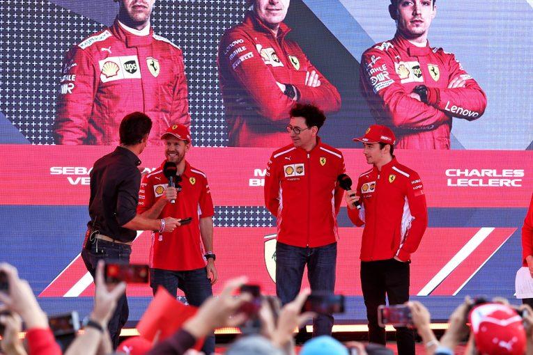F1シーズンローンチイベントでのベッテル、ルクレール、代表ビノット(フェラーリ)