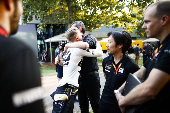2019年F1第1戦オーストラリアGP マグヌッセン(ハース)が予選の好結果をシュタイナー代表と祝う