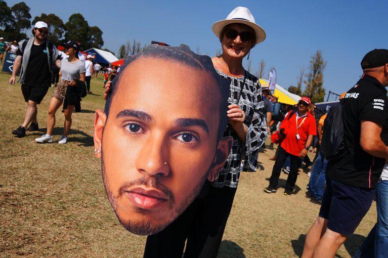 Blog | 【ブログ】オーストラリアGPのコース内外トピックス。仲の良いレッドブルのふたり、クビアトとアルボンはどちらが人気?