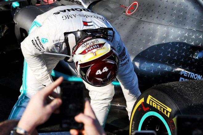 2019年F1第1戦オーストラリアGP レース後、マシンのダメージの確認を行うルイス・ハミルトン(メルセデス)