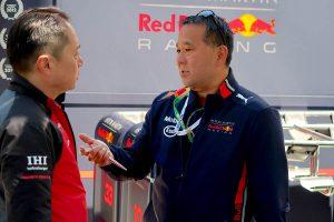 F1 | メルボルンでホンダ田辺TDと話をするツルサキ氏