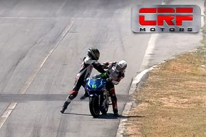 コスタリカのバイクレースで乱闘騒ぎが起きた。(写真はFacebookの動画より)