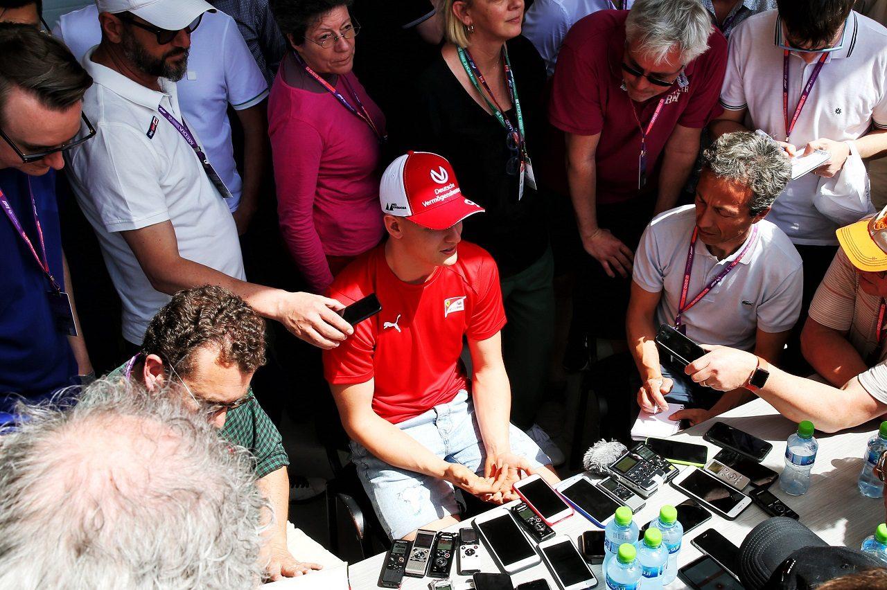 2019年F1第2戦バーレーン メディアの取材にこたえるミック・シューマッハー
