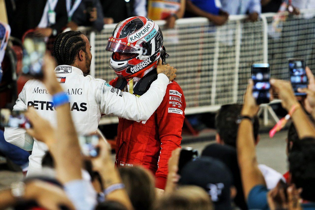 2019年F1第2戦バーレーンGP トラブルで勝利を失ったシャルル・ルクレール(フェラーリ)を慰めるルイス・ハミルトン(メルセデス)