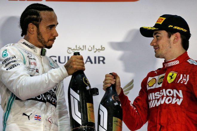2019年F1第2戦バーレーンGP シャルル・ルクレール(フェラーリ)の初表彰台を祝うルイス・ハミルトン(メルセデス)