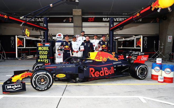 2019年F1第3戦中国GP モービル1&エッソのF1参戦1000戦目を祝うチーム代表ホーナー、フェルスタッペン、ガスリー(レッドブル・ホンダ)