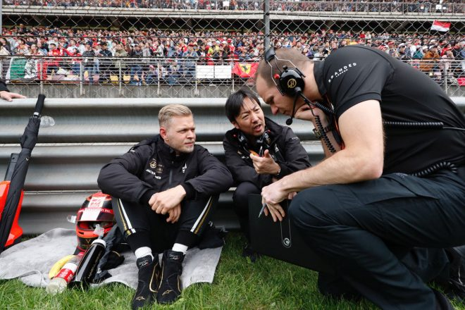 2019年F1第3戦中国GP ハースの小松礼雄チーフエンジニアとケビン・マグヌッセン