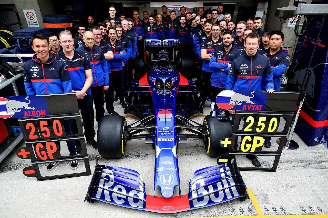 2019年F1第3戦中国GP 250戦目を迎えたスクーデリア・トロロッソが記念撮影