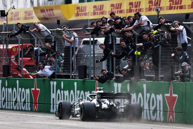 2019年F1第3戦中国GP ルイス・ハミルトン(メルセデス)の勝利を祝うチーム