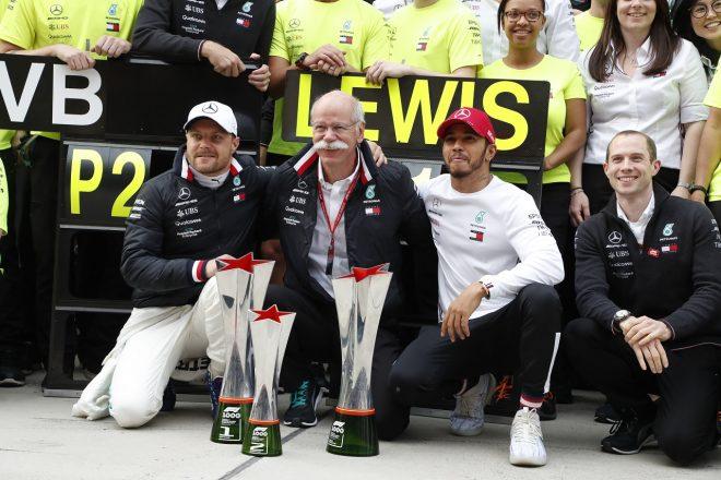 2019年F1第3戦中国GP 1000GP目の1−2達成をダイムラーのツェッチェ会長と祝うルイス・ハミルトンとバルテリ・ボッタス(メルセデス)