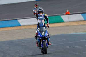 MotoGP | チェッカーを受け何度も拳を振り上げ喜びを表した中須賀克行