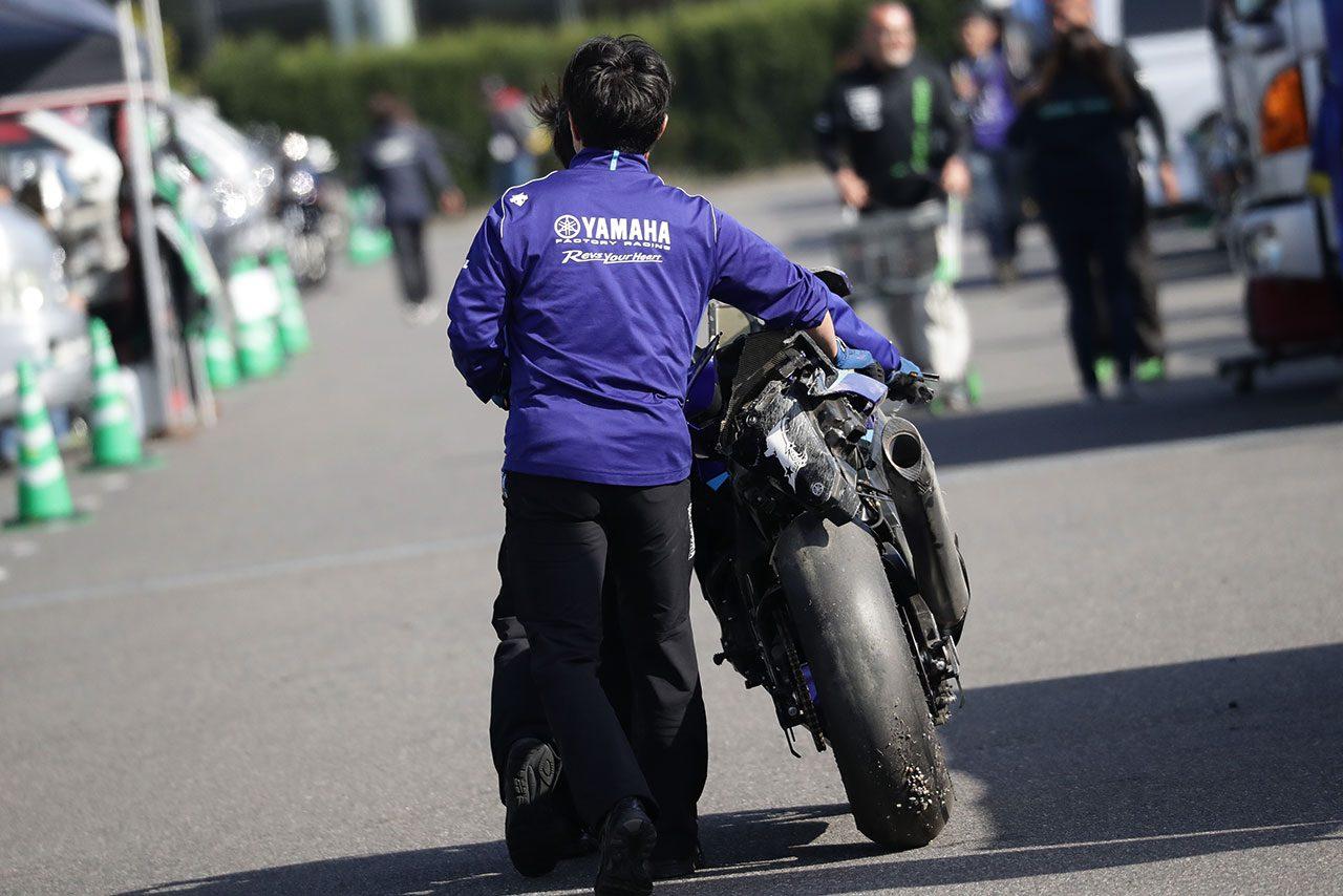 レース1の転倒で損傷した中須賀克行のヤマハYZF-R1