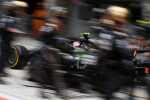 F1   ハースF1代表、決勝で悩むタイヤの問題解決には時間がかかると主張。「バクーも難しいコースになる」