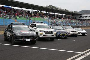 スーパーGT | 岡山国際サーキットのストレート上に整列したFRO/セーフティカー
