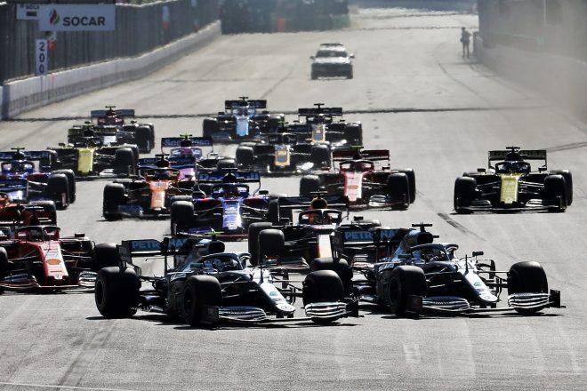 2019年F1第4戦アゼルバイジャンGPスタート直後に争うボッタスとハミルトン(メルセデス)