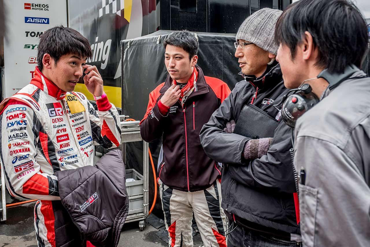 レクサスLCをドライブする中山雄一(左)と蒲生尚弥(左二人目)