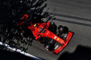 F1 | 【F1アゼルバイジャンGP無線レビュー】フェラーリ「ソフトが最後まで保つとは思えない」セーフティカー導入に賭けるも読みを外す結果に