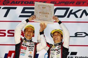 スーパーGT | 最終周に激闘演じたGAINER安田裕信「平中選手の頑張りが勝因。僕はうまく抑えきっただけ」/GT300優勝会見