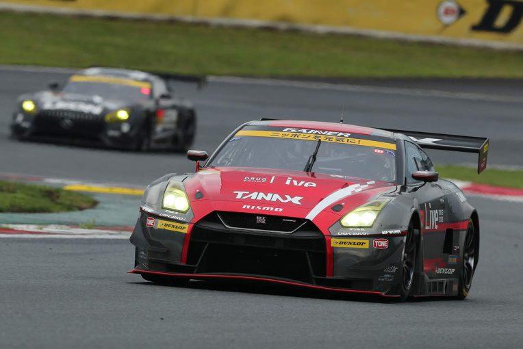 スーパーGT | 混戦を制したGAINER TANAX GT-Rのドライバー力と展開の妙【GT300決勝《あと読み》】