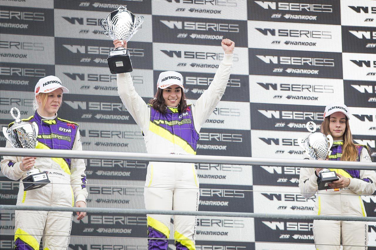 Wシリーズ開幕戦で表彰台に上がったジェイミー・チャドウィック、アリス・パウエル、マルタ・ガルシア