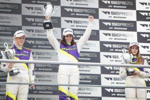F1 | Wシリーズ開幕戦で表彰台に上がったジェイミー・チャドウィック、アリス・パウエル、マルタ・ガルシア