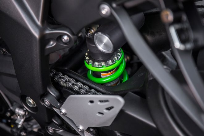 ユニトラック式のリヤサスペンション。ショックユニットはプリロード調節と伸び圧共にダンピング調節機構が備えられている。