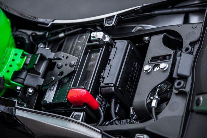 キーロックでフロントシートが脱着できる。バッテリー後部にはETCが標準搭載されていた。中のワイヤーを引くとリヤシートが取り外しできる仕組み。