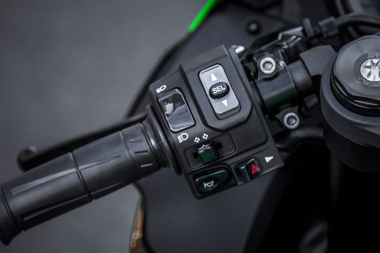 左ハンドルのスイッチ回り。ふたつのパワーモードを選択可能。またトラクションコントロールのKTRCは3つのモード選択ができる。その他メーターディスプレイのモード変更も左手スイッチボックスで操作できる。