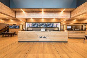 F1   【ギャラリー】レッドブル・ホンダ、バルセロナで伝統のエナジーステーションを一新。木造の『ホルツハウス』が誕生