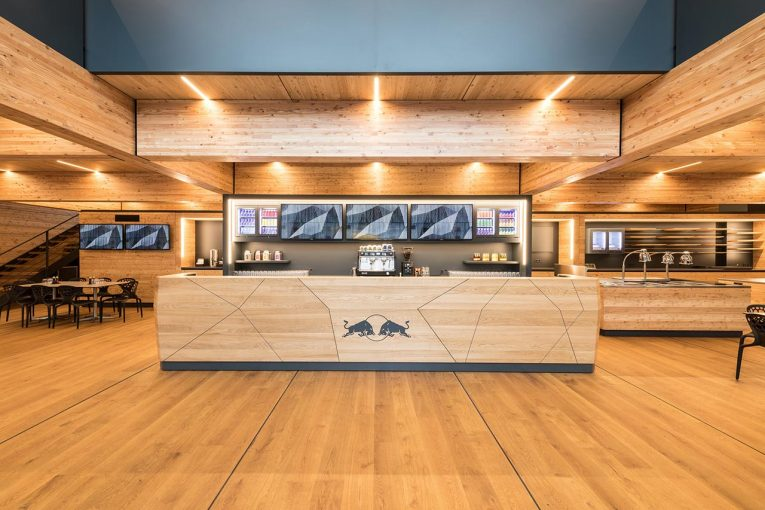 F1 | 【ギャラリー】レッドブル・ホンダ、バルセロナで伝統のエナジーステーションを一新。木造の『ホルツハウス』が誕生
